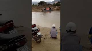 Người dong xe máy nhiều thuyền nho áo phao ko mặc người lái đò kéo bằng dây thừng nước chảy xiết ko