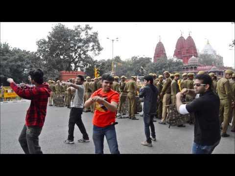 Dancing To koi Suru Fortune Cookie Against Sri Digambar Jain Lal Mandir In Delhi, India video
