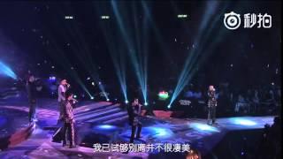 陈小春演唱《相依为命》,全程严肃毫无表情,看到应采儿宠溺的笑了,最后接住飞吻放在胸口
