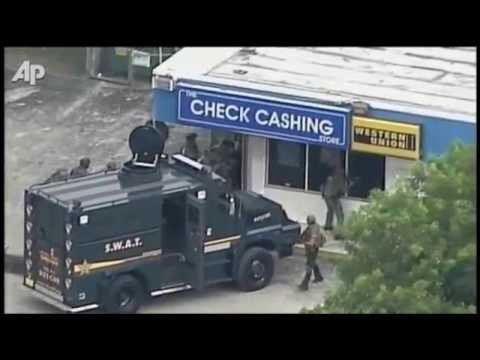 Antyterroryści SWAT podczas napadu na bank