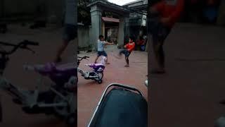 Hai đứa con trai ních đánh nhau