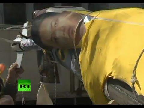 Un muñeco de Kim Jong-un en un cohete de cartón 'sobrevuela' una protesta en ...