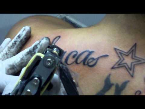 Felipe fazendo tatuagem nova