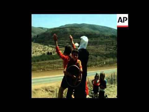 SYND 11 9 76 ARAB DRUZE FAMILIES SPEAK ACROSS SYRIA -ISRAEL BORDER