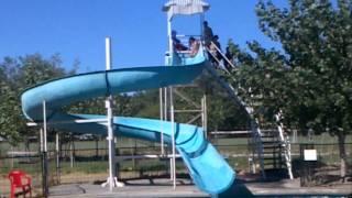 La Yeya y la Amparo se tiran en tobogán de piscina