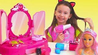 Alice pretend play in beauty salon for Princesses