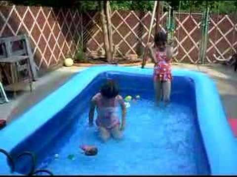 jennifer y nicole banandose en la piscina youtube