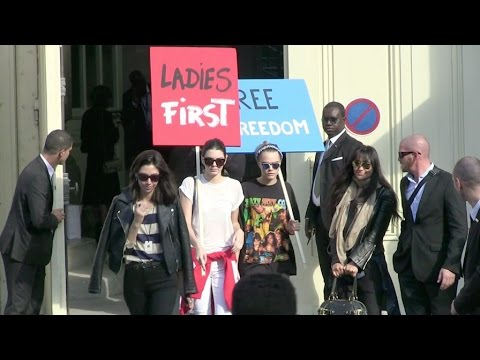 Supermodels Cara Delevingne and Kendall Jenner Protest during the Chanel Fashion Show !