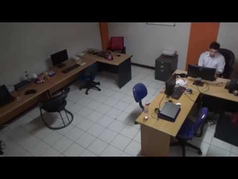 Karyawan lembur di kantor diganggu hantu
