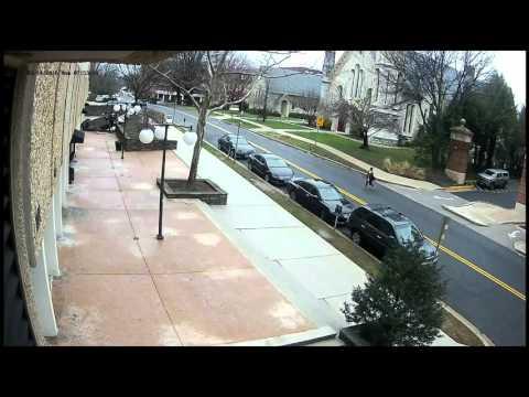 防犯カメラがとらえた駐車場の4階から落下する車。ドライバーは無事!?