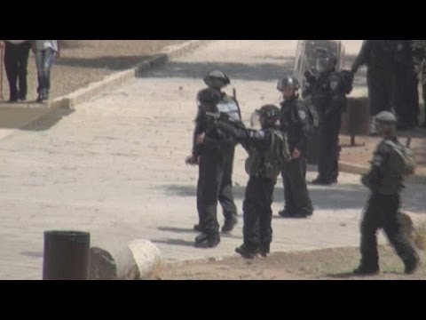 Israelis and Palestinians clash on Jerusalem holy ground