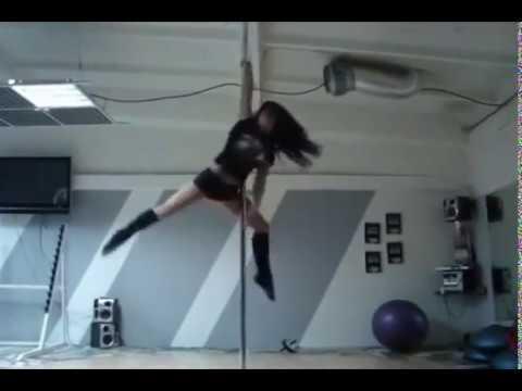 Пол Денс. Девушка красиво танцует на пилоне.