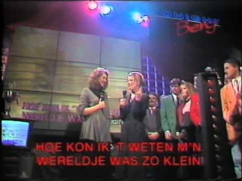 Gert Berg met aan de karaoke Babette van Veen & Ingeborg Wieten