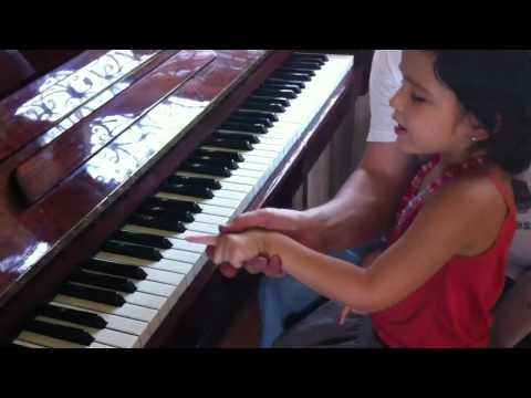 Лола в первый раз учится пианино