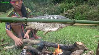 Survival skills - Primitive life Fishing skills on the river and Cooking fish - Eating delicious