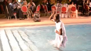 Le danseur de Pape Diouf plonge dans la piscine
