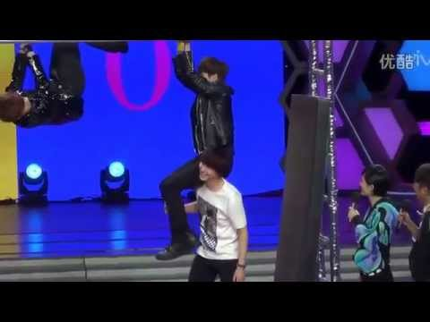 130326 Kyuhyun holding Ryeowook to the Monkey Bar (Happy Camp Recording)