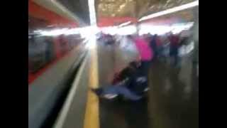 LA CREMAAA Joven se salva de ser arrollada por tren en Brazil, chequen como paso