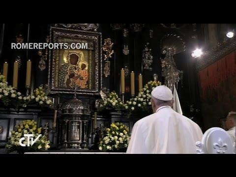 El Papa Francisco reza ante la Virgen Negra de Czestochowa