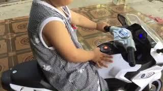 Bé chạy xe mô tô 3 bánh và xe ô tô 4 bánh Đồ chơi của bé