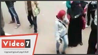 """مشادات بين طالبة إخوانية وطالب اعترض على مسيرة""""الإرهابية""""بجامعة عين شمس"""