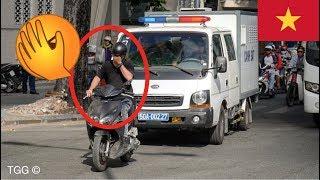 [Sài Gòn] Thanh niên chạy Honda thản nhiên chạy trước đầu xe cảnh sát - Police BLOCKED By Biker