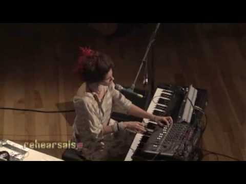 Imogen Heap &quot;Hide and Seek&quot; live on Indie 103