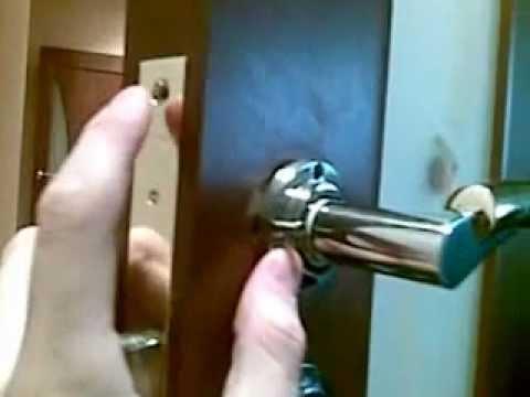 Видео как снять межкомнатную дверную ручку