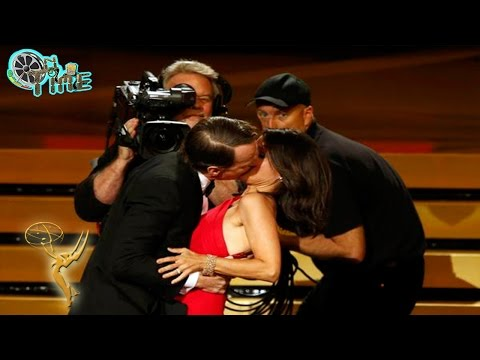 Bryan Cranston Kisses Julia Louis Dreyfus kiss Emmy Awards 2014 [Emmys 2014 Review]