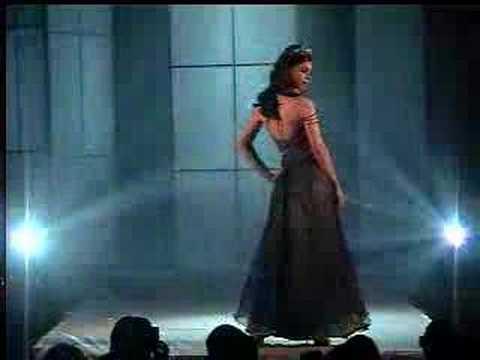 Desfile de moda de Ilva Scovino (trajes con luz, lightdress)