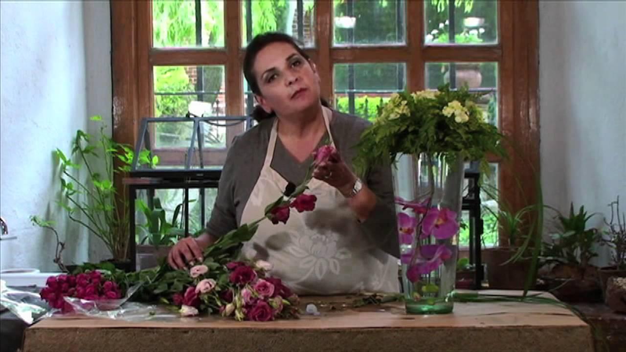 Centro de mesa con un florero con orqu deas bajo el agua - Hacer un centro de flores ...