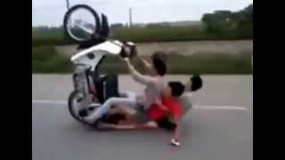 Clip màn 'bốc đầu' xe máy táo tợn của 3 thanh niên