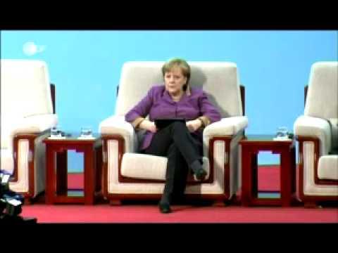 Angela Merkel - The Queen of the World sitzt auf ihrem Königsstuhl