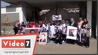بالفيديو.. مؤيدات مبارك يهتفن أمام مستشفى المعادى: «شدوا حيلكوا شوية البراءة جاية»