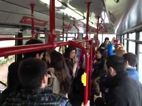 Espacio Coruña y Aixa Romay presentan los Crazy Fridays dando un concierto en un autobús