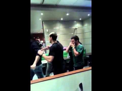 Video: se agarraron a las trompadas en un local de comida rápida