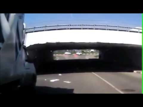 ЖЕСТЬ! Мужик не расчитал высоту моста и убил тачку!