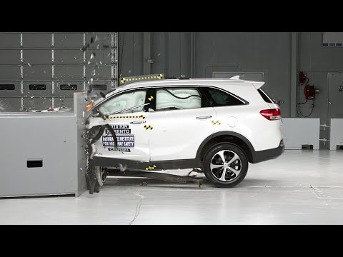 2016 Kia Sorento small overlap IIHS crash test