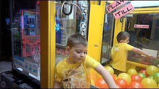 KID CLIMBS INTO CLAW MACHINE!!!!