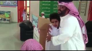 طالب يبكي يوم تقاعد معلمه ١٤٣٧/١/٨مدرسة حسان بن ثابت منطقة الباحة
