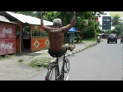 Crazy Funny Old Man Riding Bicycle - Őrült, de mulatságosan kerékpározó öregember