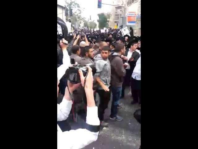 עימותים עם שוטרים בהפגנה הסוערת בכיכר השבת