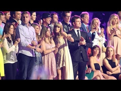 Taylor Swift Dancing At The Cmt Music Awards And Top Moments   Popsugar News video