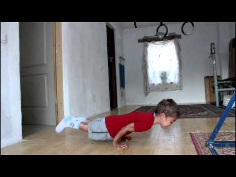 90度の腕立て伏せ?! 5歳の少年が披露する驚愕の腕立て伏せ