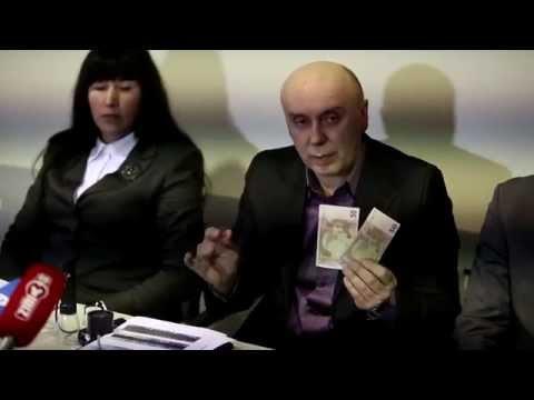 Pareigūnai demonstruoja netikrus eurus