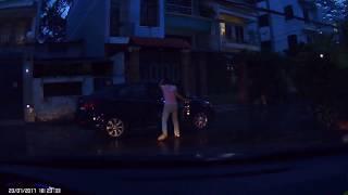 Đậu xe ô tô thiếu ý thức (Tài xế nằm trong xe)