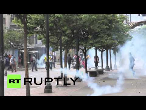 Venezuela: Caracas police fire teargas at anti-government protesters klip izle