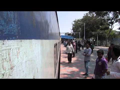 17057 Mumbai(CST)-Secunderabad Jn Devagiri express entering Nizamabad railway station! Photo Image Pic