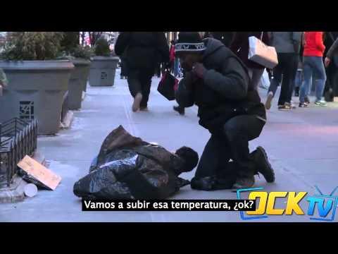 Niño pasando frio en la calle y nadie le ayuda
