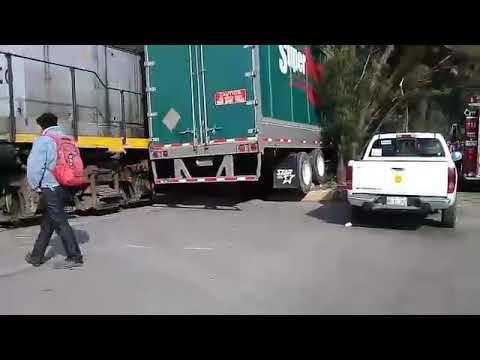 Choque tren y trailer - accidente toluca trailer y tren